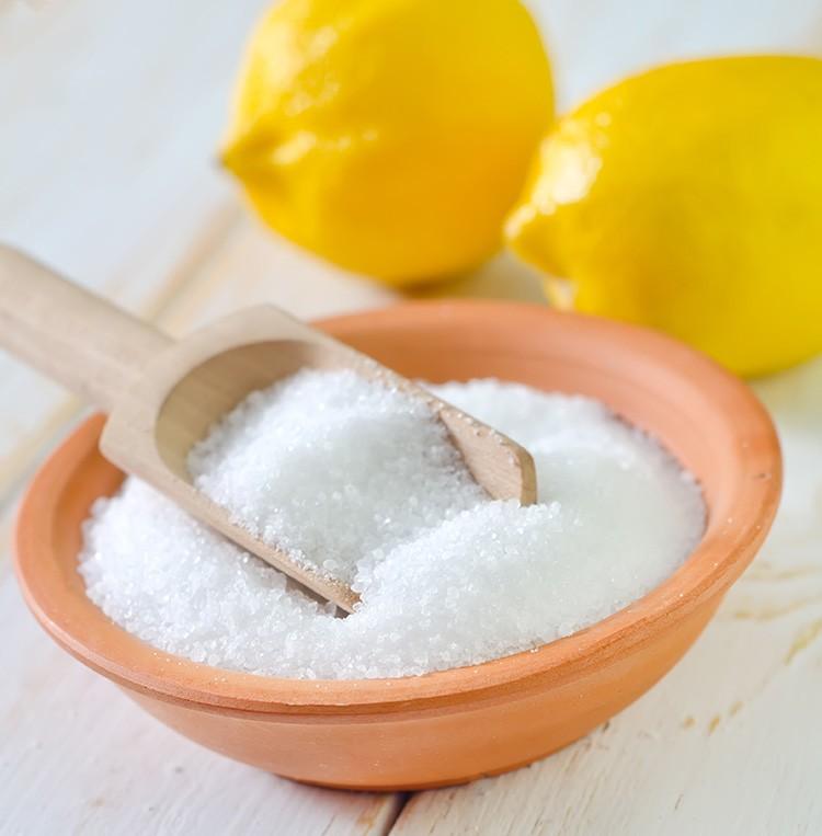 В стиральную машинку засыпают 50-100 г лимонной кислоты и ставят на повседневный режим – вуаля, и не требуется никакой «Калгон».