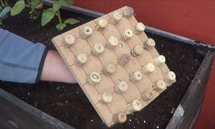 С таким приспособлением легко сделать лунки для выращивания рассады