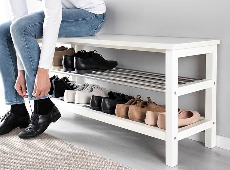 Поставьте в прихожей удобный пуф или скамейку, чтобы можно было сразу у входа сесть и разуться