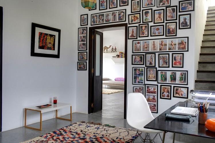Магнитный грунт в гостиной или коридоре даёт возможность легко и быстро менять экспозицию фото и лёгких картин