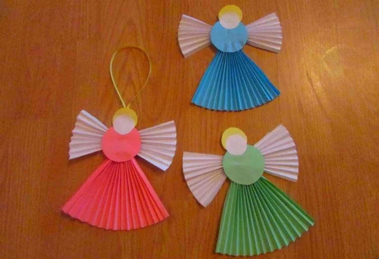 В детстве все пробовали сделать веер. Простое занятие, но из таких вееров может получиться интересная поделка!