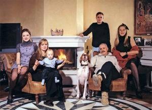 Любимая семья Никиты Михалкова перед камином