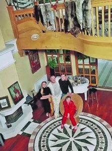 Такое оформление гостиной напоминает домик охотника