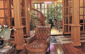 Из гостиной выход в зимний сад и на лестницу, ведущую на второй этаж