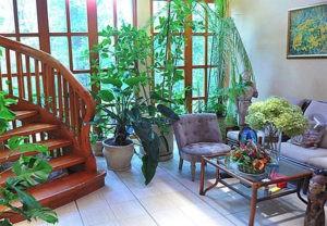 Дополняет зимний сад изящный столик из дерева со стеклянной столешницей, на которой всегда стоит ваза с живыми цветами