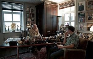 В кабинете выставлены награды Никиты Михалкова как артиста и режиссера, а также множество предметов декора