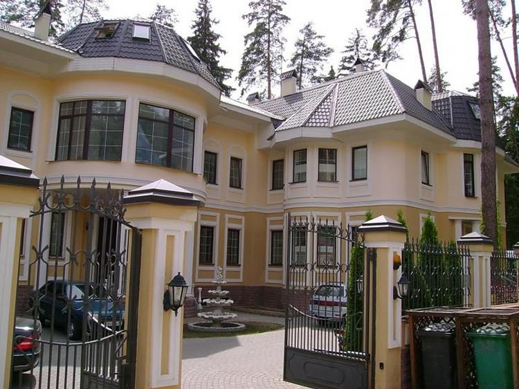 Кованые ворота не закрывают обзор родового гнезда Никиты Михалкова