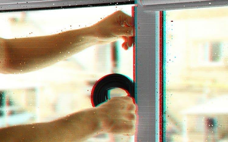 Замена уплотнительного элемента поможет вернуть герметичность пластиковым окнам.