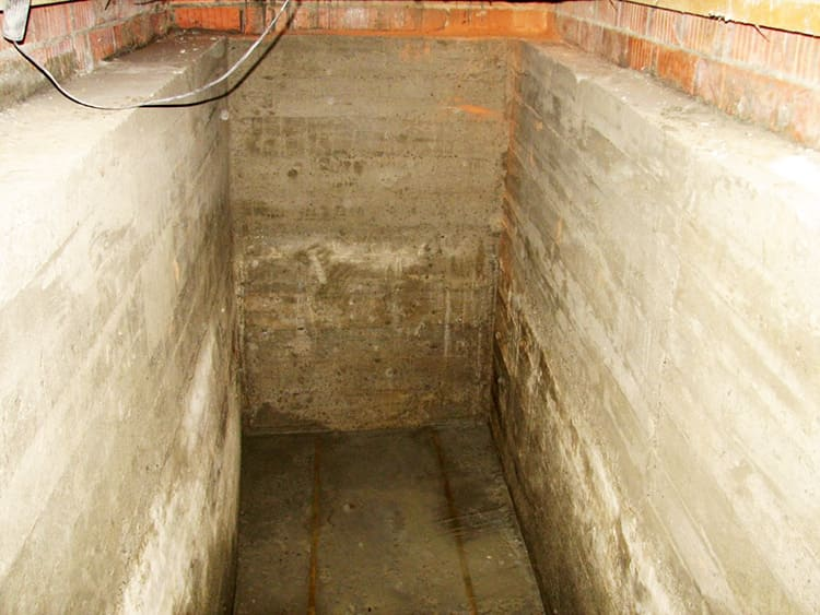Выполнить гидроизоляцию, кладку и штукатурку стен