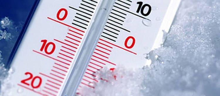 Если снаружи воздух стал холоднее, то и работа компрессора изменится, что приведёт к закономерным изменениям температурных показателей внутри.