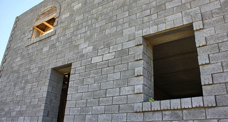 При соблюдении всех правил при строительстве дом получится прочным, тёплым и достаточно долговечным
