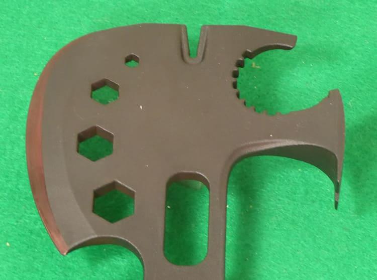 Обух топора можно использовать в качестве молотка или гвоздодёра