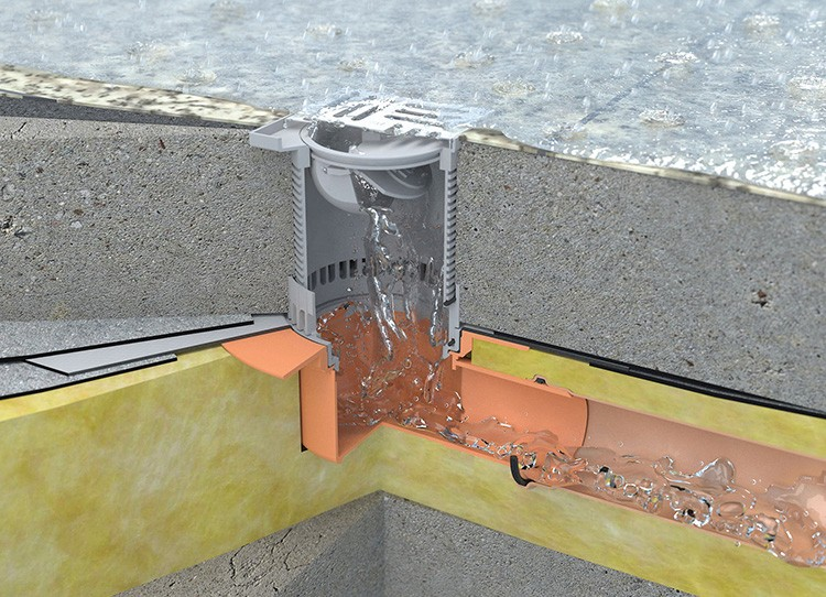 Если планируется внутренний водосток, то уклон в крыше делается в сторону водоприёмной воронки