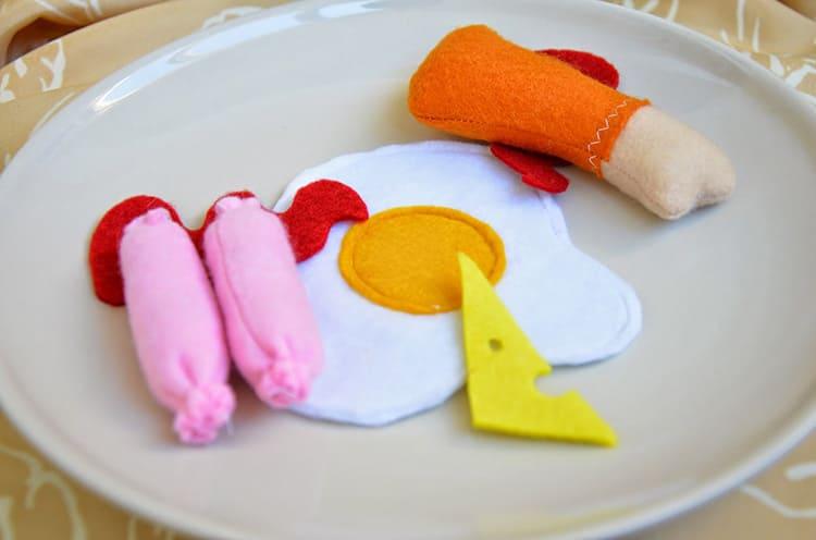 Несколько часов — и на детском столе игрушек будет красоваться забавный фетровый обед.