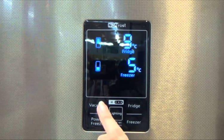 Так как камеры две, то и регулируются они по отдельности нажатием кнопкой «Fridge».