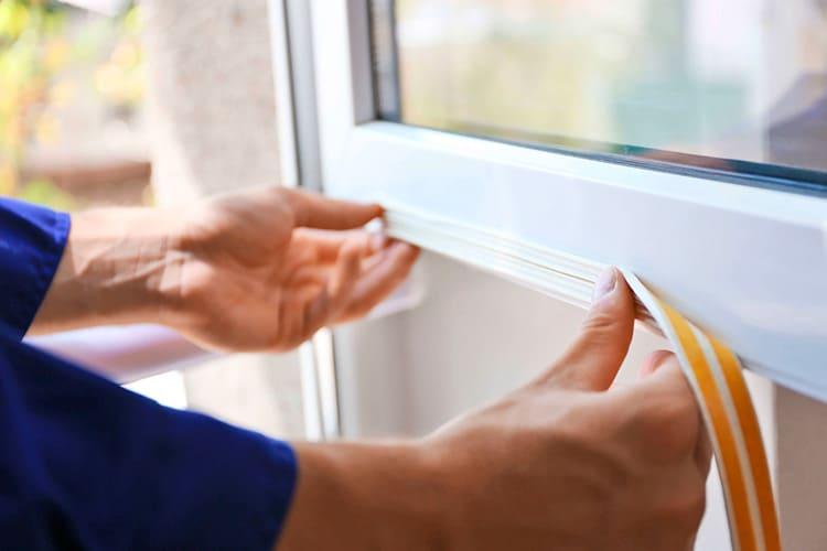 Заменить уплотнитель на пластиковом окне можно своими руками.