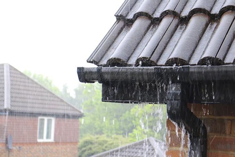 Неправильное размещение желоба под крышей, из-за чего при интенсивных осадках вода будет перехлёстывать и стекать по стенам