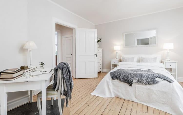 Часть большой спальни можно выделить под рабочее место