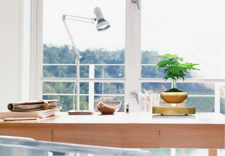 В ёмкость можно посадить живые растения или установить букет искусственных цветов – в любом случае такой предмет интерьера сразу привлечет внимание ваших гостей