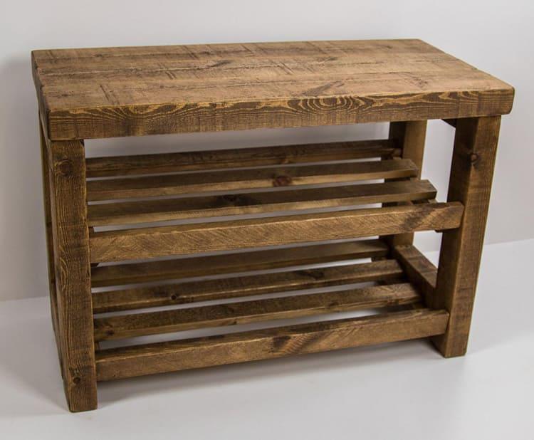 Для такой прихожей подойдут этажерки из натуральной древесины или крупные комоды с вместительными ящиками для ботинок.
