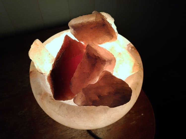 Однако коричневая лампа в изголовье кровати успокоит и улучшит сон, который, как известно, лечит.