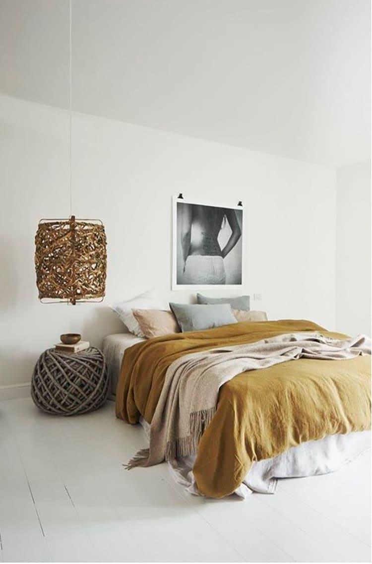 Пуфик, плетёный из канатов – не только декоративный элемент, внутри под крышкой можно разместить необходимые вещи