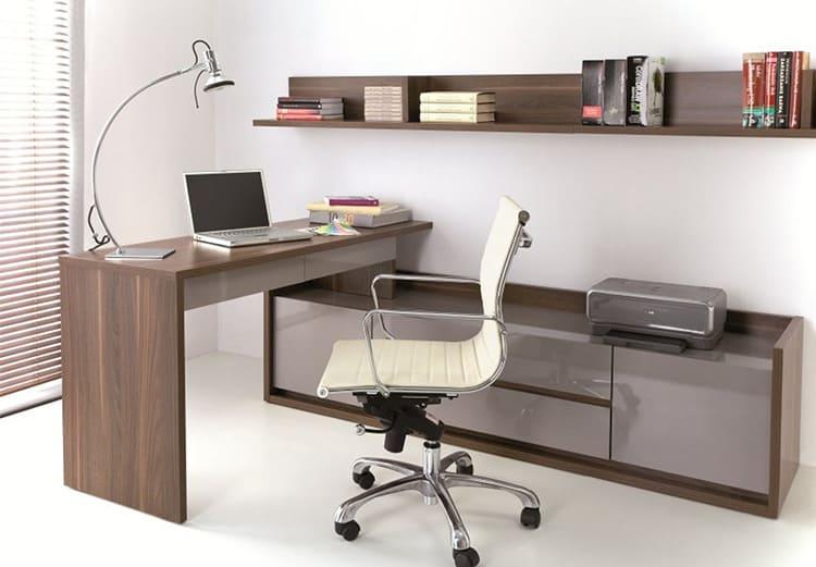 Стол обычно устанавливают у окна, чтобы на время занятий было максимум естественного освещения