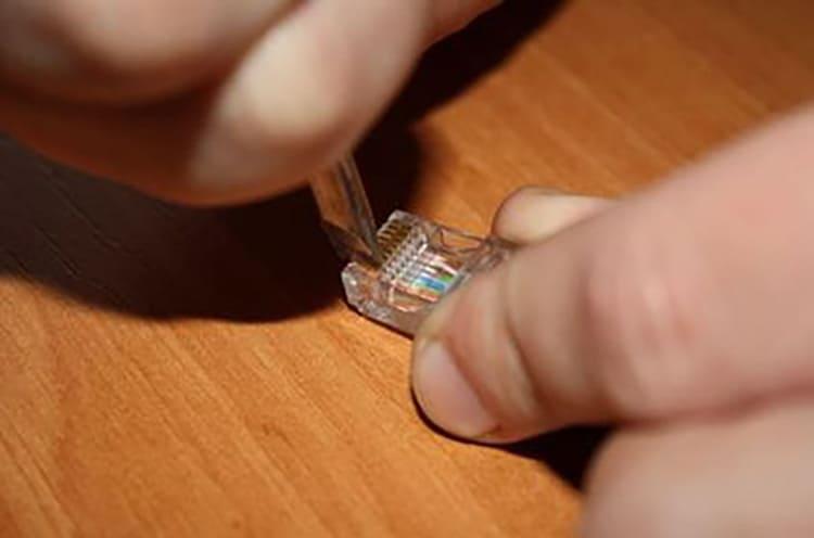 Использование отвёртки для вдавливания контакта