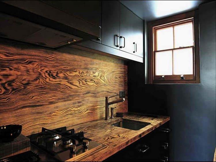 Эксклюзивная деревянная столешница для кухни из массива в сочетании с кухонным фартуком из того же материала