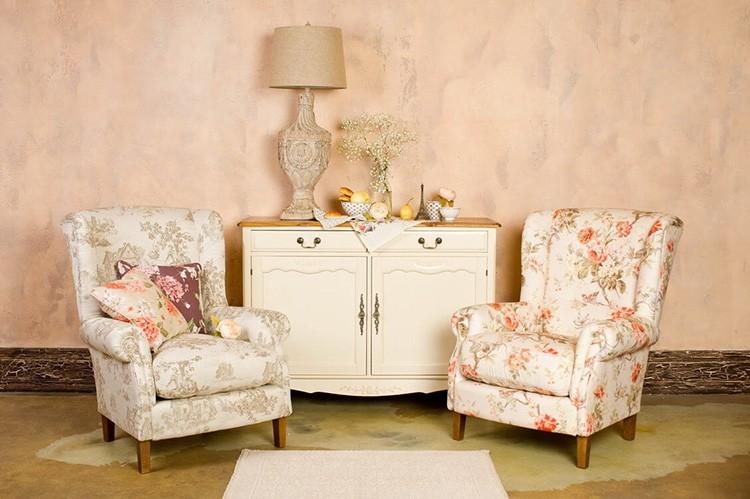 Креативные дизайнеры пробуют ставить рядом кресла разных расцветок, но одной модели. Получается оригинально и свежо.