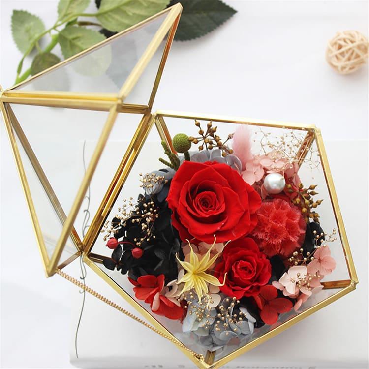 Такие прозрачные шкатулки самых разнообразных геометрической форм помогут сохранить цветочную композицию или даже вырастить мини садик