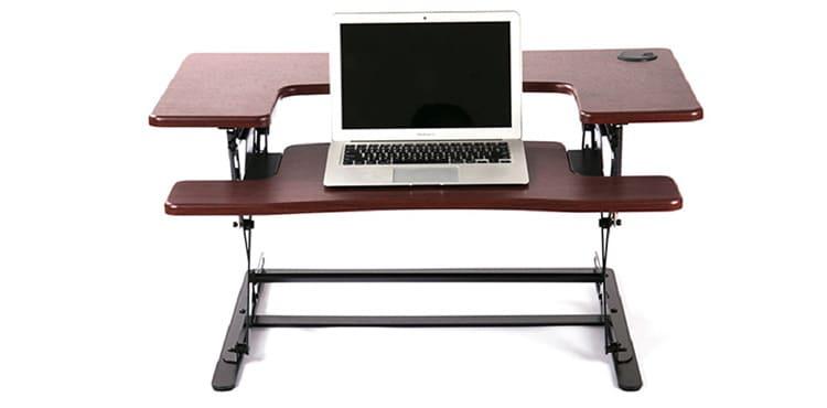 Стол с регулируемой высотой столешницы подойдёт как ребёнку, так и взрослому
