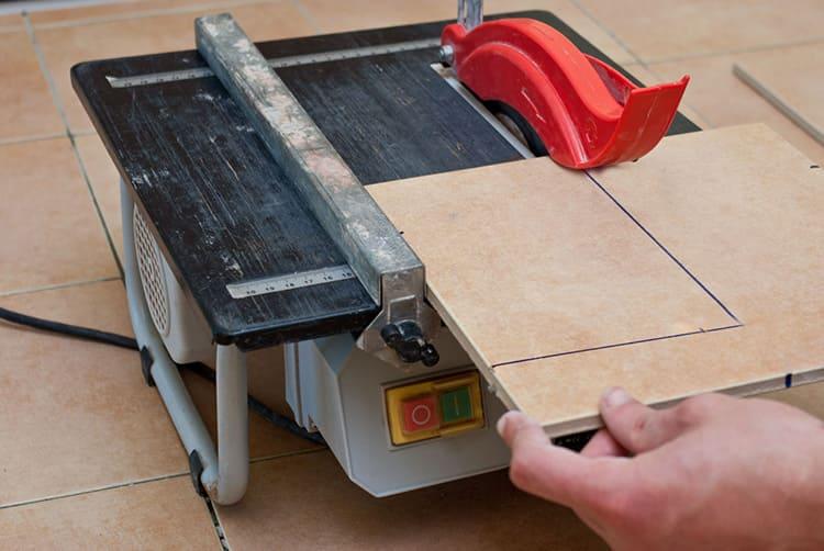 Точно отрезать плитку в размер можно только специальным инструментом