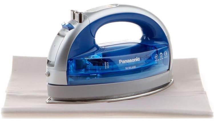 Panasonic NI-WL600 облегчённого веса и богатой комплектации. Процесс непрерывного глажения – 25 сек
