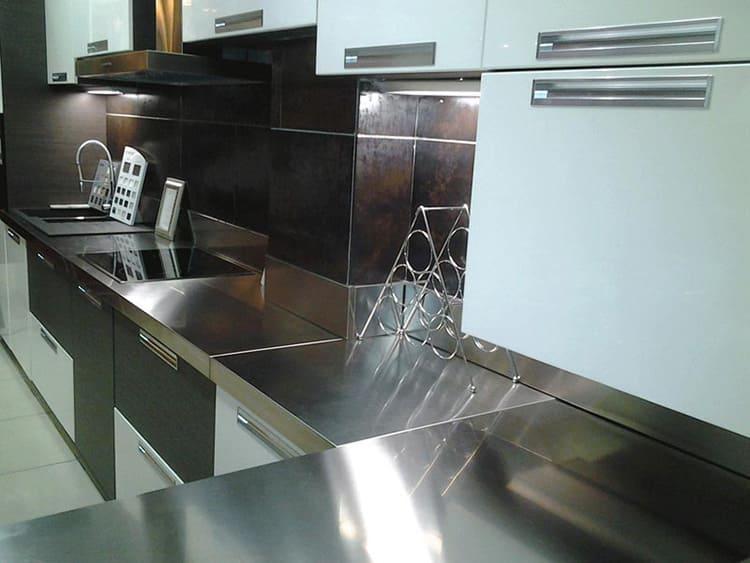 Полированная нержавеющая сталь требует особо тщательного ухода для поддержания чистоты