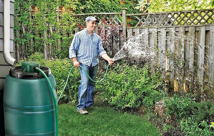Такая практика позволит не только значительно сэкономить средства, но и добиться отличных результатов на участке, потому что подобный полив благодатно сказывается на растениях