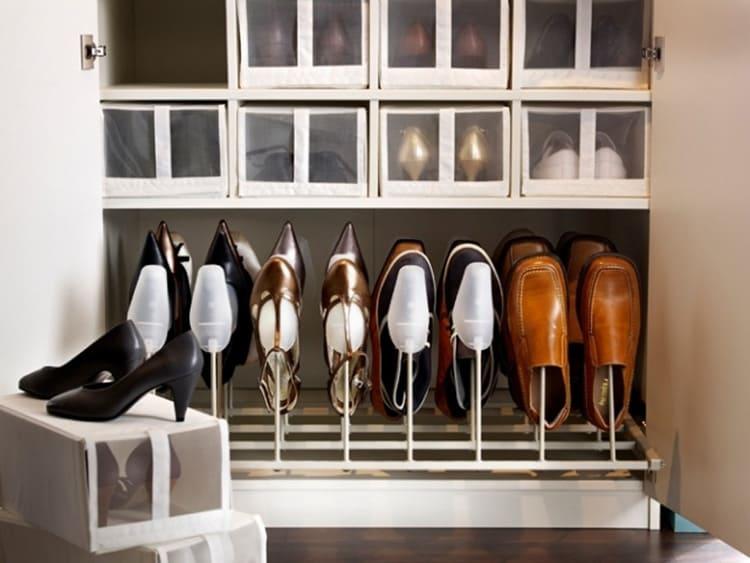 Парадные туфли лучше хранить в шкафу или гардеробной.