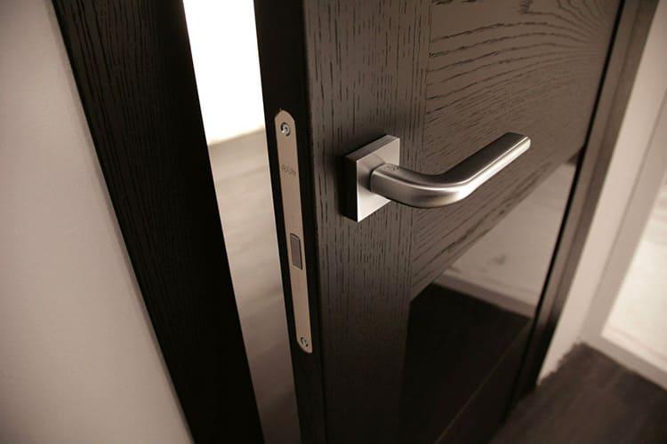 Парные ручки вкручиваются в обе стороны одновременно, одинарные – только в одну сторону дверного плотна.