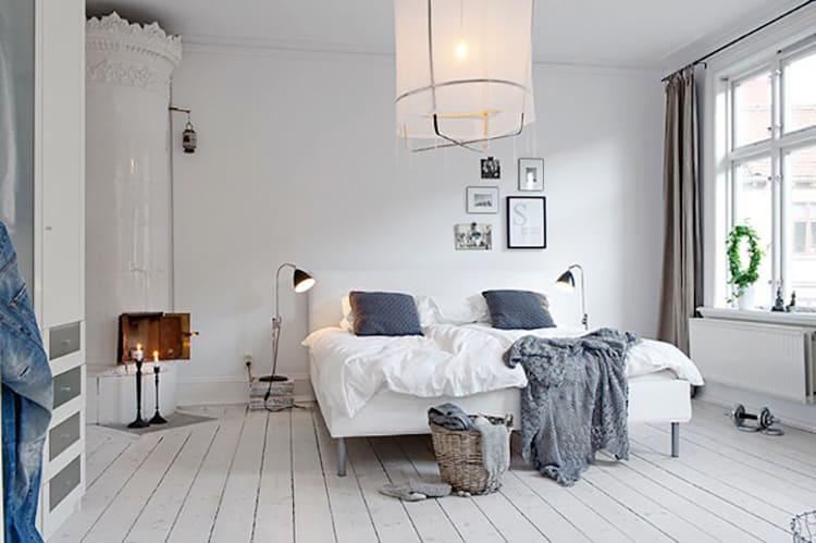 Освещение в спальне может быть реализовано с использованием различных источников: бра, торшеры, люстры