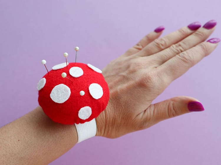 Игольница на руку ещё удобнее. Чтобы такой браслет держался, используют плотную резинку.