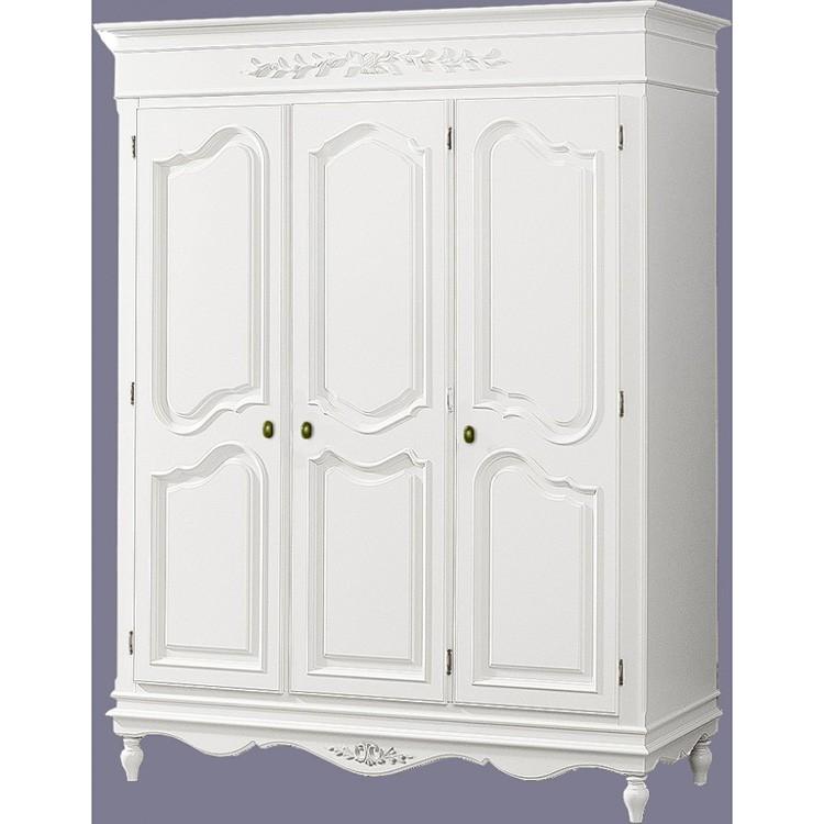Спросом пользуются белые или кремовые трёхстворчатые платяные шкафы.