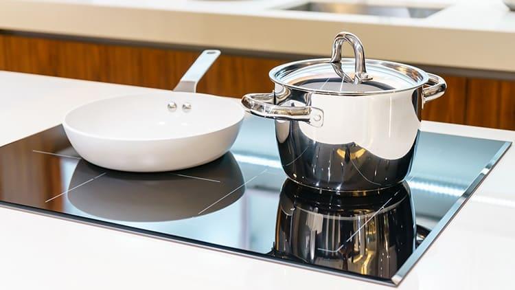 Посуду устанавливаем по центру конфорки.