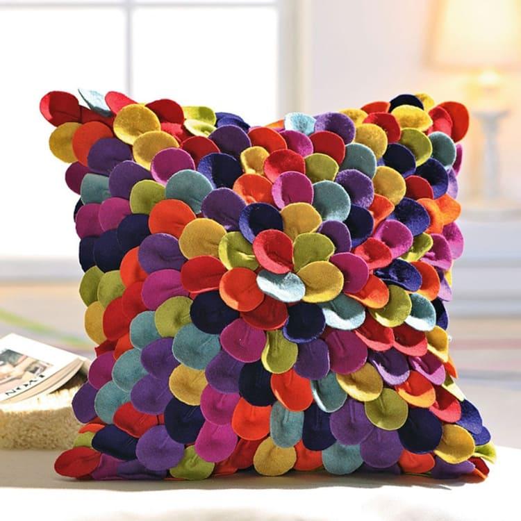 Разноцветный фетр и одинаковые детали — вот что превращает груду материала в креативное изделие.