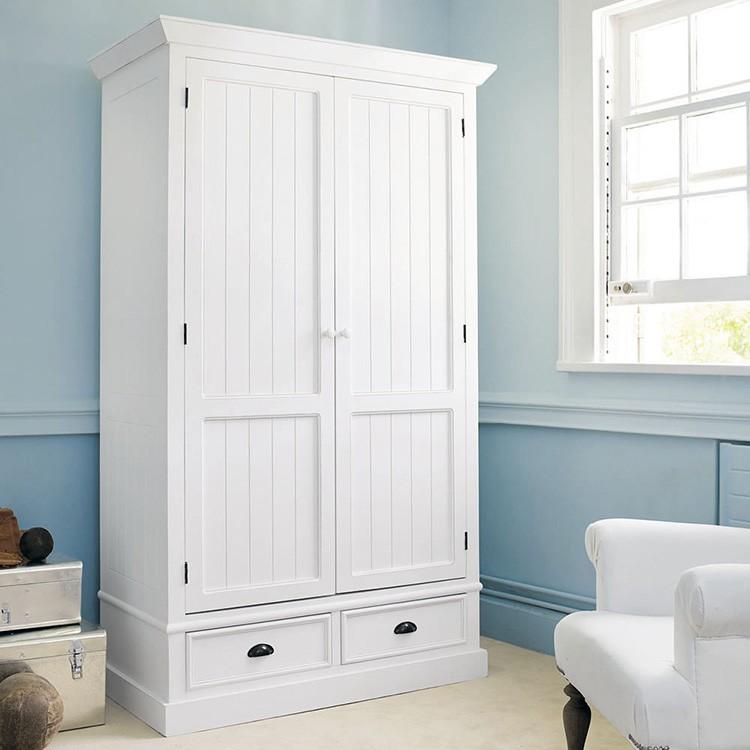 Двустворчатые шкафы-исполины размещают в ванной, под лестницей, в спальне.