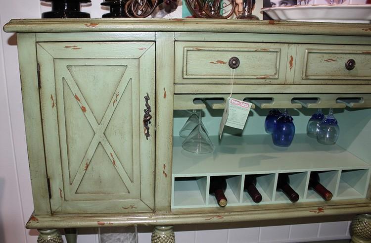 Кухонные мебельные атрибуты тоже получают «состаренный облик». Никаких современных форм тут нет и в помине.