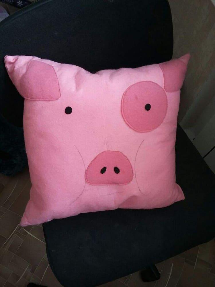 Розовый материал становится чудесной свинкой.