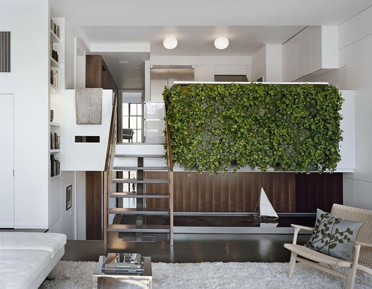 Такую стенку можно сформировать из цветов одного вида или составить разные по размерам листвы и времени цветения композиции