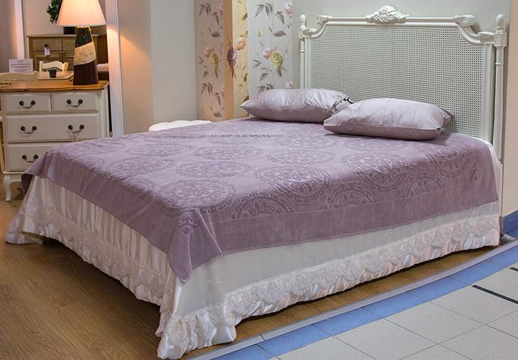 Кровать может иметь дополнительные декоративные элементы в виде сетки или рельефа, но цвет её останется истинно прованским.