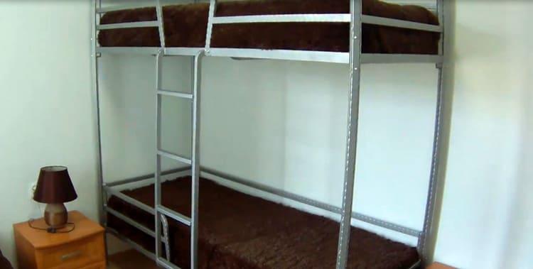 Покрашенная и готовая к эксплуатации двухъярусная кровать из профильной трубы
