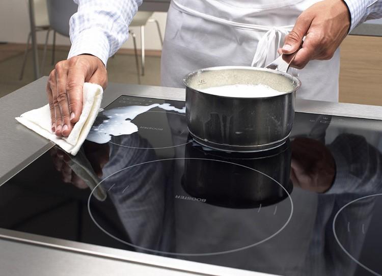 Протереть индукционную плитку можно сразу после приготовления обеда